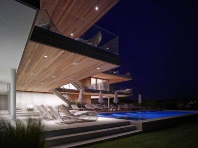 terrasse piscine de nuit - Ocean Deck House par Stelle Lomont Rouhani Architects - Bridgehampton, USA