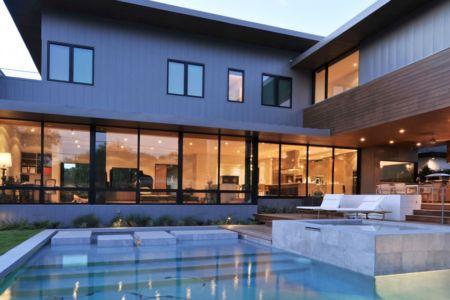 terrasse piscine de nuit - Underwood House par StudioMET - Houston, Usa