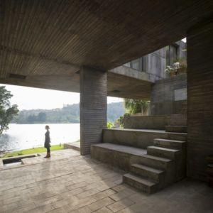 terrasse sous porte à faux - Guna house par Pezo von Ellrichshausen - Llacolén, Chili