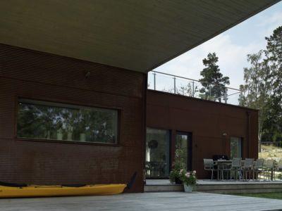 terrasse sous porte à faux - PlayHouse par  Street Monkey Architects + Bjerking - Värmdö, Suède