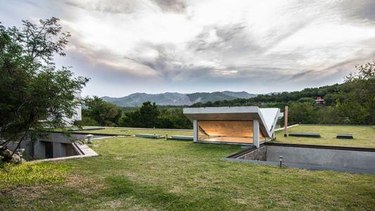 toit végétalisé et puits de lumière - House in Q2 par Santiago Viale - Mendiolaza, Argentine