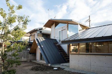 accès escalier extérieur sur toiture - Eaves-House par Y Plus M Design - Kyoto, Japon