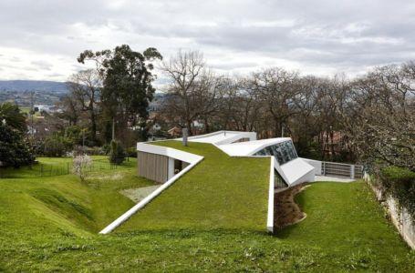 toiture végétalisée - Maison et atelier d'artiste par Miba architects - Gijón, Espagne