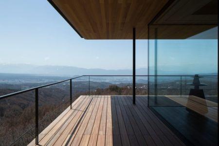 vaste balcon étage - maison bois contemporaine par kidosaki-architects - Yutsugatake, Japon