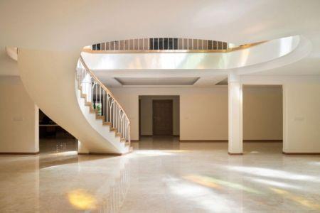 vaste pièce avec escalier accès étage - Kaveh-House par Pargar Architecture and Design Studio - Téhéran, Iran