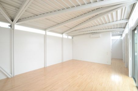 vaste pièce entrée - Boundary House par Niji Architects - Tokyo, Japon