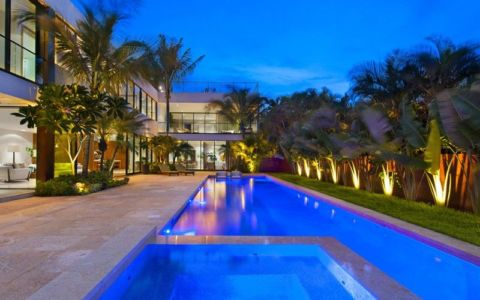 vaste piscine & façade jardin - Miami Beach Home par Luis Bosch - Miami Beach, USA