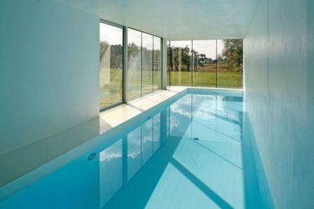 vaste piscine intérieure - safe-house par Robert Konieczny – KWK Promes - Varsovie, Pologne