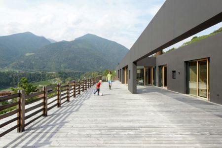 vaste terrasse bois étage - Structure-Slope par Bergmeister Wolf Architekten - Bozen, Italie