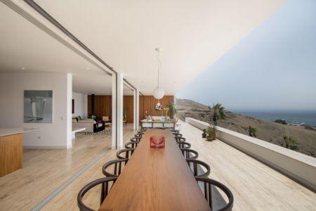 vaste terrasse et salon - villa contemporaine par Adrián Noboa Arquitecto, Malecon Las Colinas, Pérou
