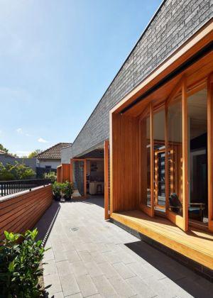 allée & accès portes bois vitrées - rosebank-make par MAKE - Melbourne, Australie