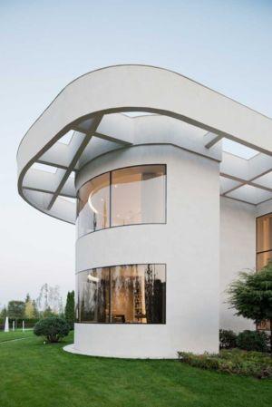 vitrage incurvé et toiture monumentale - Villa Agalarov par SL Project - près de Moscou, Russie