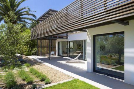 vitrages façade terrasse - Maison L2 par Vincent Coste - Saint-Tropez, France