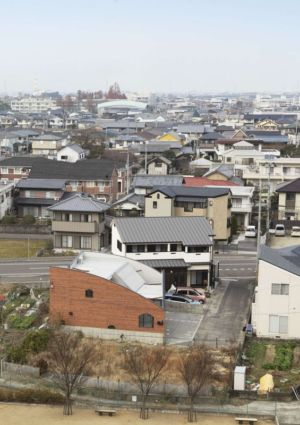 vue aérienne - maison bois contemporaine par Masahiro Miyake - Tokushima, Japon
