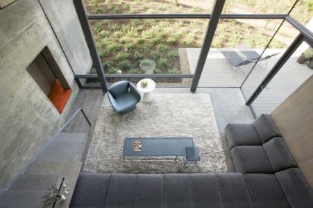 vue aérienne salon - Maison contemporaine béton par Cooper Joseph Studio - Sonoma, Usa