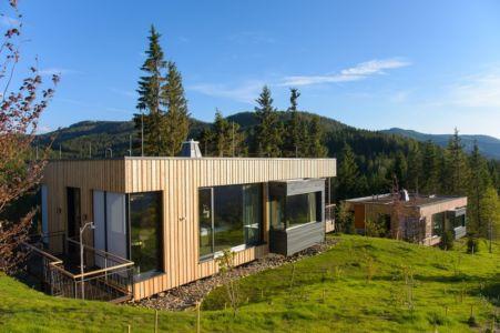 vue arrière avec douche extérieure - Deluxe Mountain Chalets par Viereck Architects - Styria, Autriche