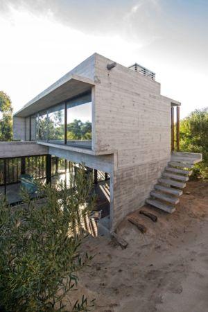 vue côté escalier extérieur - MR House par Luciano Kruk Arquitectos - La Esmeralda, Argentine
