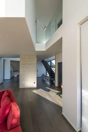 vue couloir et mezzanine - Paradox house par Klab architecture - Athènes, Grèce