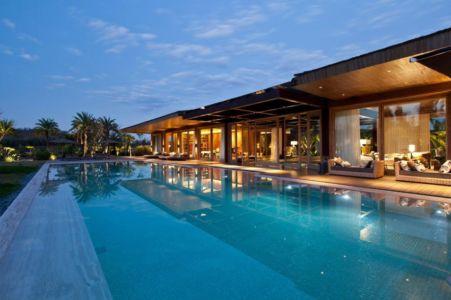 vue de nuit piscine - Nova Lima House par Saraiva associados - Nova Lima, Brésil - photo Rafael Carrieri