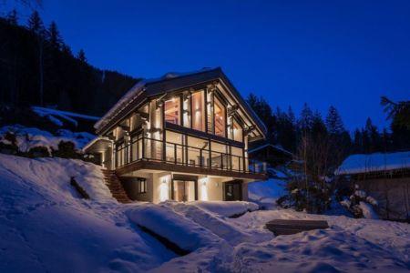 vue d'ensemble illuminée - chalet-dag par Chevalier Architectes - Chamonix, France
