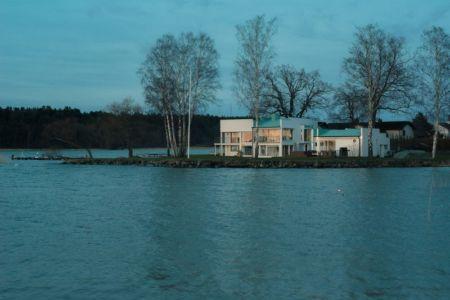 vue d'ensemble de nuit - Maison contemporaine scandinave par Boris Culjat - Suède.jpg