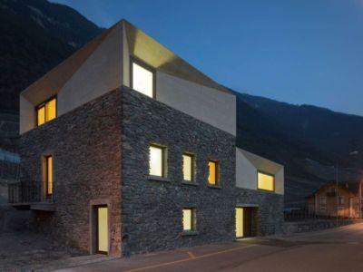 vue d'ensemble façade pierres et béton - House-transformation par clavienrossier architects - Suisse