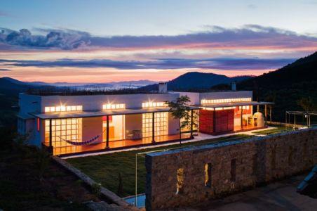 vue d'ensemble illuminée - Dom-Vicoso-House par Brasil Arquitetura - Dom Viçoso, Bresil