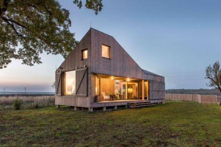 vue d'ensemble illuminée - Wooden-House par ASGK design - Lodin, République Tchèque