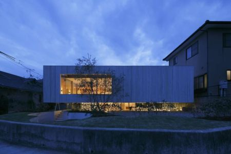 vue d'ensemble illuminée - pit-house par UID Architects - Okayama, Japon
