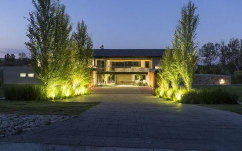 vue d'ensemble nuit - House-in-Blair-Atholl par Nico van der Meulen Architectes - Johannesburg, Afrique du Sud