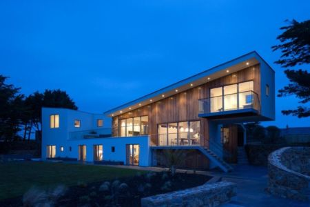 vue d'ensemble nuit - Jersey House par Hudson Architects - Normandie, France