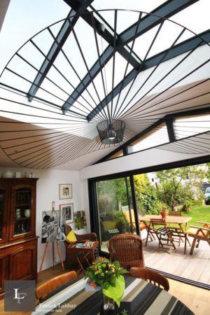 vue depuis salon - extension bois d'une maison par Franck Labbay - Larmor-Plage - France