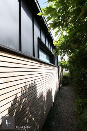 vue depuis sentier - extension bois d'une maison par Franck Labbay - Larmor-Plage - France