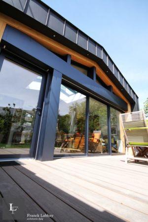 vue depuis terrasse extérieure - extension bois d'une maison par Franck Labbay - Larmor-Plage - France