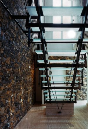 vue dessous escalier - Villa-Studiorossi par Studiorossi Secco - Crevo, Italie