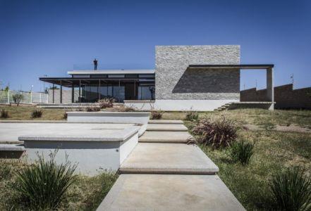 vue du jardin - La Tomatina House par Plastik Arquitectos - Aguascalientes, Mexique