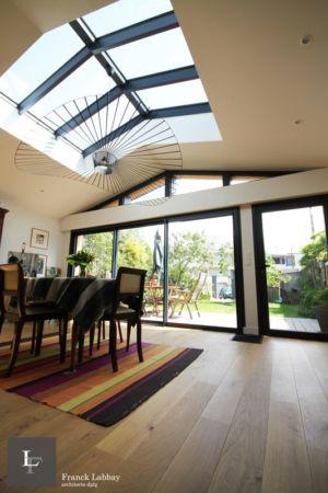 vue du salon - extension bois d'une maison par Franck Labbay - Larmor-Plage - France