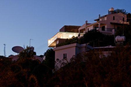 vue en contrebas de nuit - Prodromos and Desi Residence par VARDAstudio - Paphos, Chypre