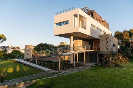 vue extérieure côté passerelle - Wanka House par Estudio Arquitectura Galera - Cariló, Argentine