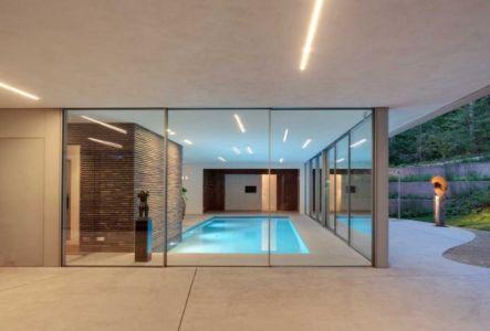 vue extérieure de la piscine intérieure - The Dune Villa par HILBERINKBOSCH Architects - Utrecht, Pays-Bas