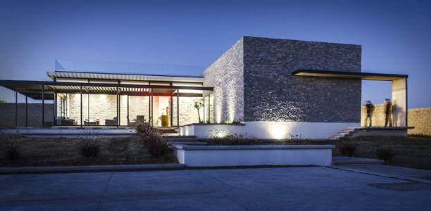 vue extérieure de nuit - La Tomatina House par Plastik Arquitectos - Aguascalientes, Mexique