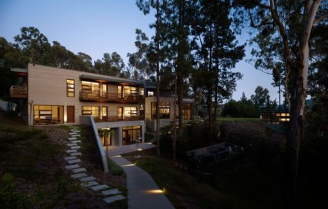 vue extérieure de nuit - Mandeville Canyon Residence par Rockefeller Partners Architects - Los Angeles, Usa - photo Eric Staudenmaier