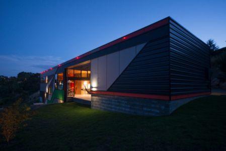 vue extérieure de nuit - Southern outlet house par Philip M-Dingemanse - Launceston, Australie - photo Jonathan Wherrett