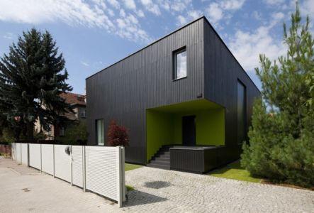 vue extérieure entrée - Black Cube House par KameleonLab - Pologne