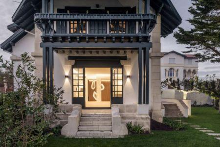 vue extérieure façade - Rénovation maison typique par Atelier Delphine Carrère - Bidart, France