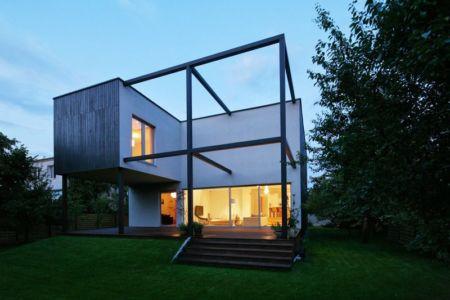 vue extérieure nuit - Black Cube House par KameleonLab - Pologne