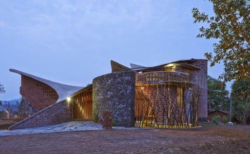 vue extérieure nuit - Brick House par iStudio architecture - Wada, Inde