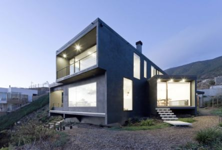 vue extérieure nuit - Catch the Views House par LAND Arquitectos - Zapallar, Chili