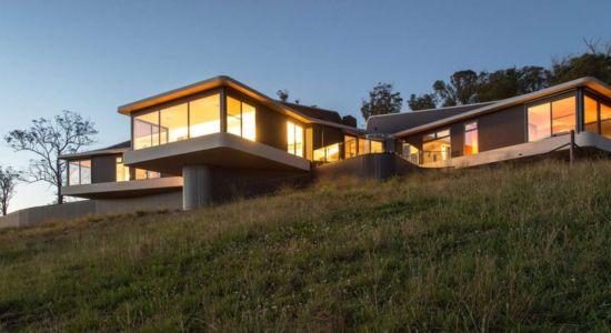 vue extérieure nuit - High Country House par Luigi Rosselli Architects - Armidale, Australie