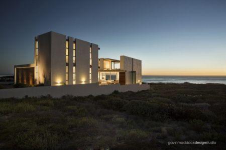 vue extérieure nuit - Pearl Bay Residence par Gavin Maddock Design Studio - Yzerfontein, Afrique du Sud